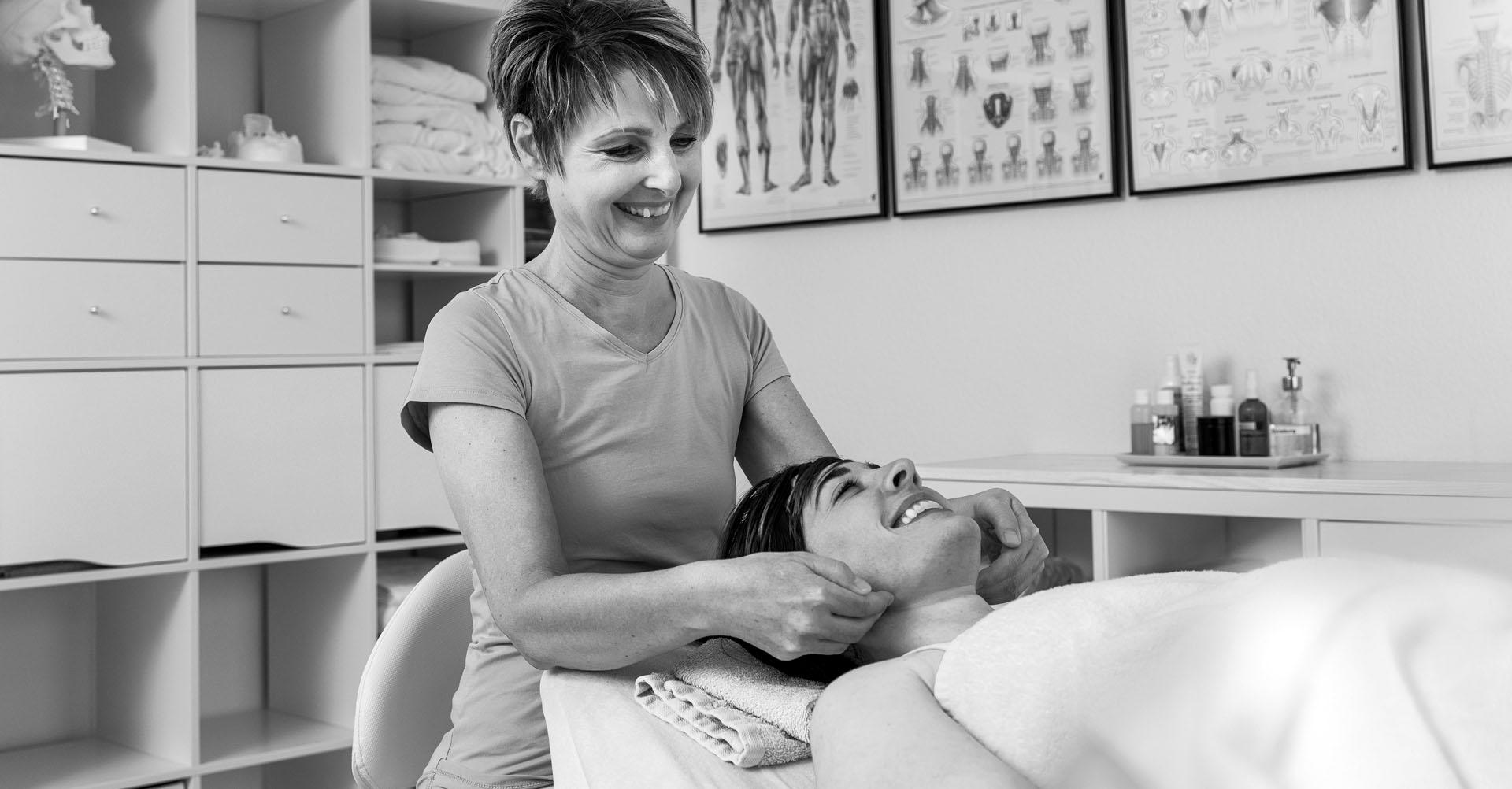 Klientin erhält Lymphdrainage-Behandlung